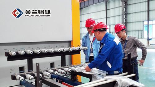 线技术人员演示热转印木纹铝材制作工艺流程