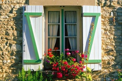 砖石的别墅外墙朴实的乡村气息,都为别墅窗户设计营造了田园般的悠闲气质,墙面上的两扇白色的实木窗主要是起到了装饰的主用,窗户设计成了两扇窗,里面还有一扇通透的玻璃窗若隐若现,主人不在的时候可以关上外面的实木窗户,以确保室内的安全。窗墙的一丛娇艳的红玫瑰修饰出浓情蜜意,绿色的野生植物攀爬在窗前,生动形象的情景为别墅点燃生活的激情。