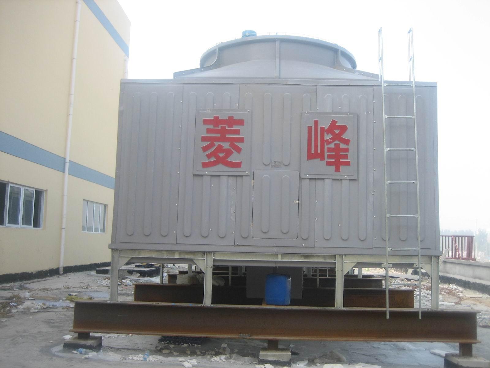 DBNL3J J—集水型(集水型冷却塔的水盘比一般性的水盘高300-400) (1)塔体:型线合理,气流平稳,材质优良,色彩鲜艳,表面胶衣树脂内含有抗紫外线剂,耐老化,强度高,重量轻,耐腐蚀。下塔体按订货要求,可配有溢水、排污、自动给水管,可由此处直接吸水,省去冷却池,上面装有防噪消声垫,有效降低了滴水声。 (2)填料:采用改性聚氯乙烯波片,横向增加了凸筋,水的再分配能力强,阻力小,热力性能好,耐高温70度、低温-50度,阻燃性好。 (3)旋转布水器及布水管:装有不锈钢球轴承,运转灵活可靠,