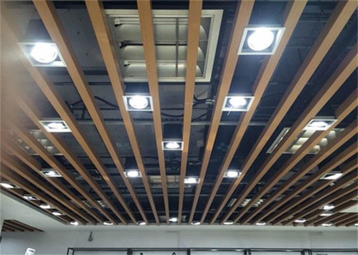 U槽铝方通性能特点:  产品硬度大、直线度好  颜色丰富多样,可定制  规格大小均可定做,满足各种需求  木纹颜色新颖逼真,接近自然纯朴的气息  视觉通透开阔,利于排气散热,防风性强  可灵活调整高度、间距,丰富空间层次感  能够与中央空调、照明、喷淋等设施搭配,有效利用空间  铝合金材质可实现完全回收再利用,安全环保,无污染,使用寿命长 U槽铝方通规格参数: 材 质:铝 底 宽:10-300mm 高 度:10-300mm 厚 度:0.