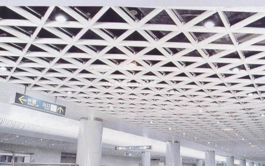 弧形铝方通和木纹条形铝格栅吊顶等