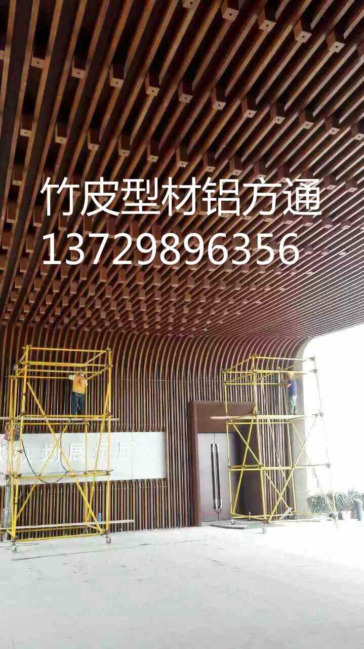 铝方通吊顶是一种目前采用较普遍的造型吊顶,它广泛应用于各类公共建筑当中,其中,尤以在地铁车站中的应用为最典型的代表。 本文主要阐述不规则造型铝方通吊顶在施工中的应用技术。 铝方通由铝质材料加工成型,并经表面处理而成的铝制品。其特性是重量轻、刚性好、强度高、耐候性和耐腐蚀性好、可塑性强、造型独特美观、外观精细、平滑、易清洁、保养施工方便、快捷、色泽均匀一致,户内使用也可回收再生处理。 一般的铝方通吊顶工程铝方通与配套龙骨为垂直交叉连接,而由于本工程铝方通吊顶平面呈扇形布置。 因此,每根铝方通与配套龙骨的角度