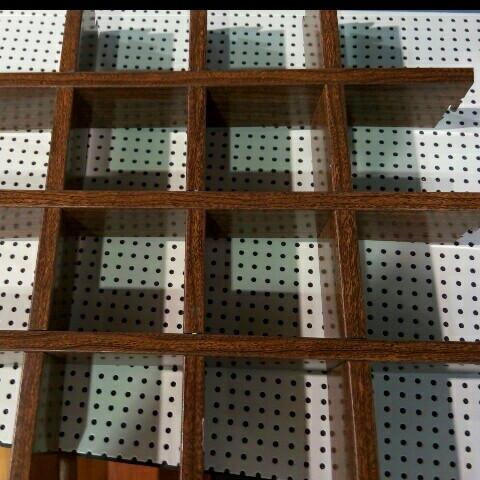 木纹条形铝格栅装饰吊顶