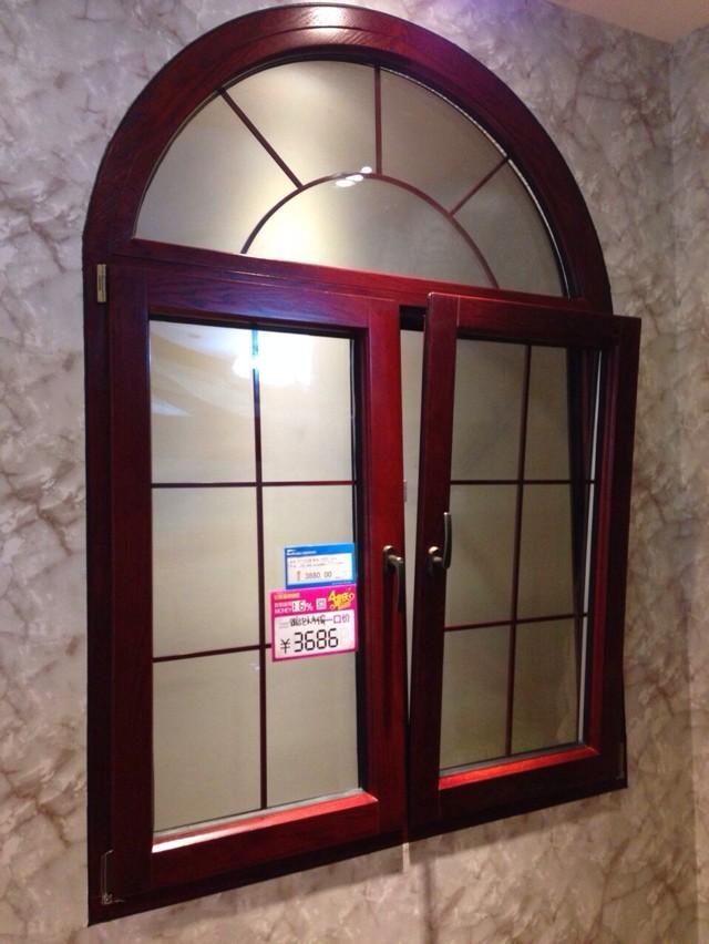 厚度 一般情况下的铝包木门窗厂家厚度都会保持在80mm至90mm左右,而如果是因为木材的原因没有达到80mm的厚度,那它的厚度也要保证在6.8厘米,但是要注意的是,外铝必须要是带型腔的型材,可以抗变形,而且也可会增加门窗的使用。关于这一点可以参照天盛阳门窗的铝包木窗 工艺目前市场是最普遍也是技术最成熟,不会有后顾之忧的的工艺就是卡扣式,用尼农卡扣链接木材和铝材,这种工艺刚好把木材和铝材科学的隔开一点距离,就会防止木材和铝材受热受冷膨胀系数不一样儿相互挤压产生变形开裂的问题。