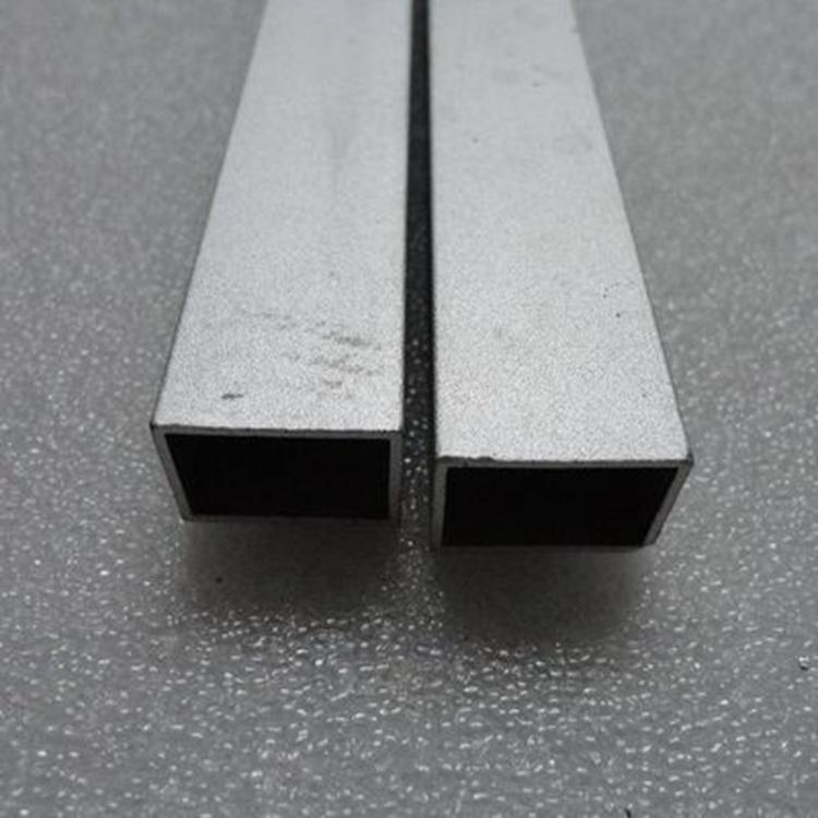 深圳市星火铜业有限公司主要经营的铝材产品有:厚度0.012—500mm,宽度为10—2100mm的铝板带材、铝卷材(板材长度为:700—6500mm,(可根据要求腹膜);0.015-0.145*1300mm空调箔;0.15-0.2*500mm电缆箔;0.02-0.05mm包装箔。主要可生产材质: 1100、1145、1050、1060、1070、1200、3003、3A21、3004、3005、3105、5052、5005、5A06、5083、5754、5A02、51