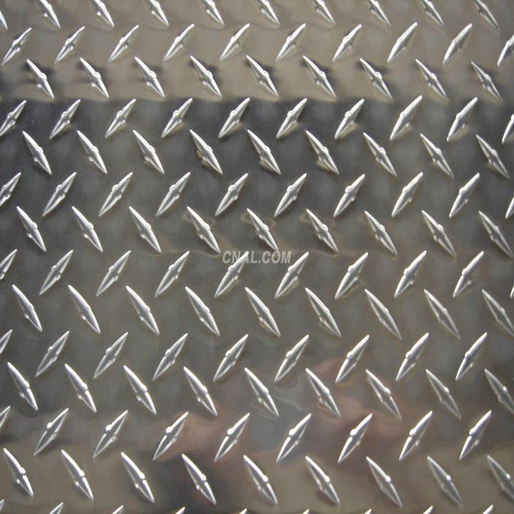 2.0mm指针铝板一平方理论重量是多少 厚度范围:0.8mm-6.0mm,长度范围:根据客户要求 铝板花纹按照铝板材合金的不同分类 1、普通铝合金花纹板:以1060铝板为板基加工而成的铝合金花纹板材,能够适应平常的环境,价格低廉。通常冷库,地板,外包装多使用此种花纹铝板材。 2、铝猛合金花纹板材:以3003为主要原料加工而成,此种铝板又称为防锈铝板,强度稍微高于普通铝合金花纹板材,具有一定的防锈性能,但是硬度和耐腐蚀性达不到5000系列的花纹板材,所以该产品应用在要求不严格的防锈方面,比如货车车型,冷库地
