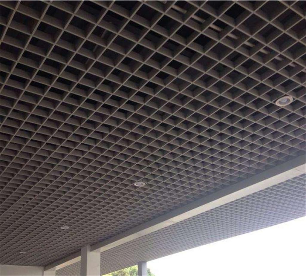 u型格子吊顶,装饰效果有方格,长方格,三角形格多种款式供应选择.