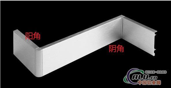铝合金踢脚线详细介绍 - 1.与实木、花泡、PVC等传统踢脚线相比较,铝合金踢脚线具有不可比拟的优越性: 2.金属感强、阻燃、防水、防撞、防蛀、耐酸碱和无甲苯安全环保。 3.可配合各种室内地面材质的要求,达到协调、自然美观的装饰效果,更显示装饰时尚档次。 4.铝合金踢脚线有专用卡扣配件,施工方便、快捷、简单、安全。 材质及表面处理:铝合金型材采用6063-T5铝拉伸,表面可做本色氧化、各色拉丝、喷涂、氟炭、仿大理石纹等表面处理,具有耐磨、耐老化、防虫、防生锈、易清洁等特点。 广东科宝铝业开发了新型产品--