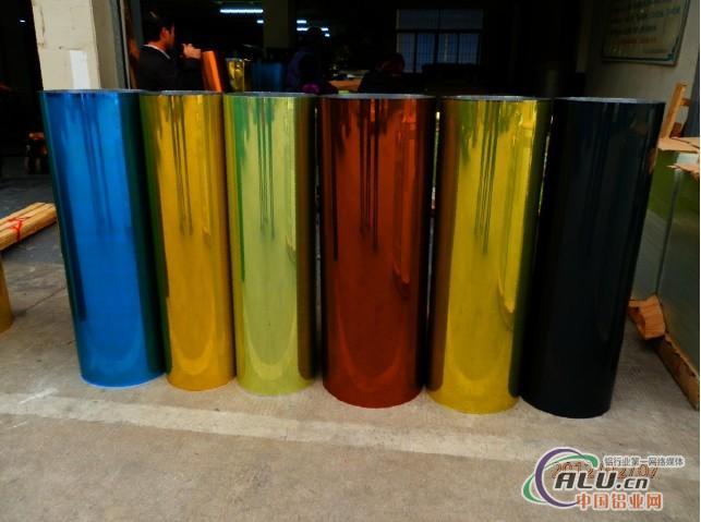 本公司主要供应镜面铝板、铝卷板、拉丝.氧化铝板、彩涂铝板、铝圆片、铝箔等。是集生产、加工、销售、送货于一体的责任有限公司。为了满足客户高品质的要求,本公司已取得自主进出口权,进口国外高档铝板,分别有:德国安铝、意大利、美国ACA、日本住友、台湾中钢、韩国铝等。 该产品广泛的应用于集成吊顶、铝天花、照明灯具灯饰反光板反光片、LED灯杯、高档室内外天花吊顶幕墙装饰、建筑外墙装饰、标牌及铭牌的底板、手机及电池外壳、易拉罐酒瓶盖、合金工艺品、电器的外壳面板、电子及小家电、电池铝壳、太阳能集热反光材料、工艺品、首饰