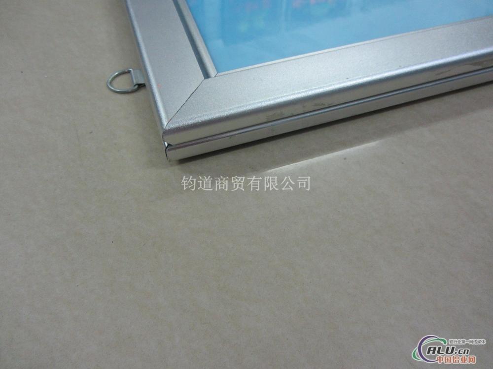 仿不锈钢色  产品用途:用于制作海报架,海报夹铝合金海报相框使用
