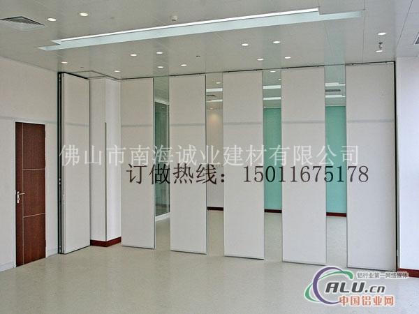 传统的办公室隔断采用玻璃或板材或实体墙