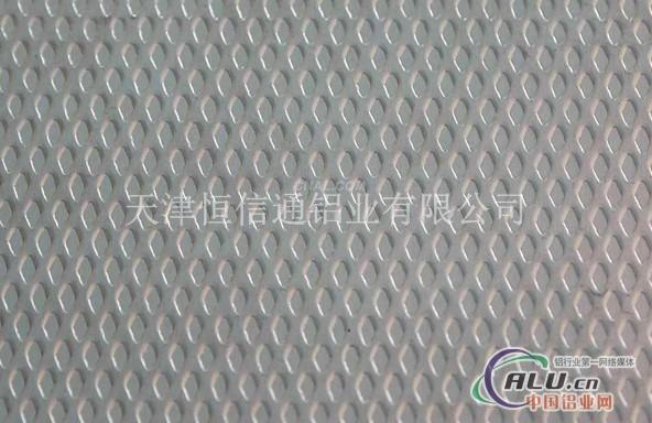 •一、按照花纹铝板材合金的不同可以分为:    1、普通铝合金花纹板:以1060铝板为板基加工而成的铝合金花纹板材,能够适应平常的环境,价格低廉。通常冷库,地板,外包装多使用此种花纹铝板材。   2、铝猛合金花纹板材:以3003为主要原料加工而成,此种铝板又称为防锈铝板,强度稍微高于普通铝合金花纹板材,具有一定的防锈性能,但是硬度和耐腐蚀性达不到5000系列的花纹板材,所以该产品应用在要求不严格的防锈方面,比如货车车型,冷库地板方面。   3、铝镁合金花纹板材:以5052或者5083等5000系