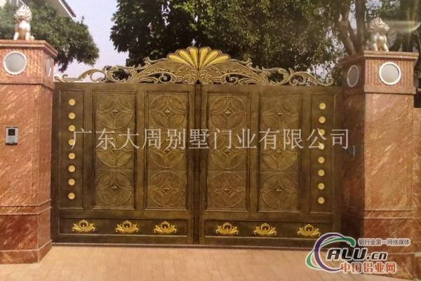 门头采用拱型设计与别墅建筑的弓型相得益彰,纯欧式豪华装饰匹配的