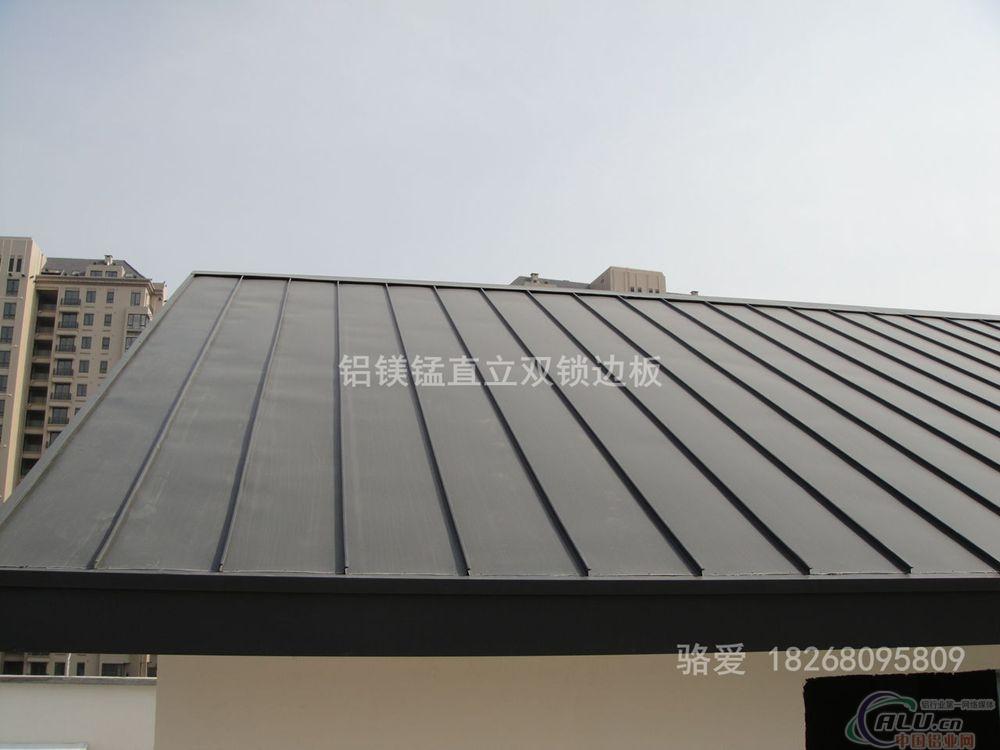 金属屋面翻新维修 本公司专注于金属屋面、墙面围护工程及其材料创新10余年,现根据广大客户的需求,专门研发了针对于中式、欧式、日式别墅屋面及墙面的翻新维修施工方案,及其配套新型材料的使用。传统的砼顶加盖的陶瓦、水泥琉璃瓦已经越来越不适用于当今的审美、绿色节能等要求,新型的铝镁锰屋面(墙面)系统、钛锌板屋面(墙面)系统、金属仿古琉璃瓦屋面系统、外墙保温装饰一天化系统等,正以崭新、性价比极高、优越的表现无可替代的形象替代传统的外围护方式。碧澜天拥有专业深化设计、生产、经验丰富的优秀的现场管理团队,稳定、素质高、