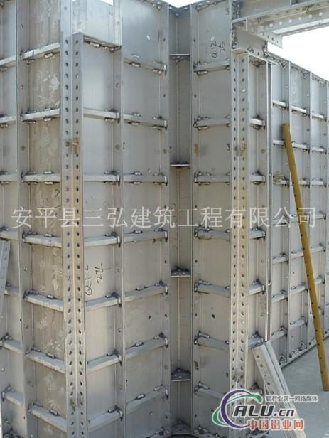 早拆技术  铝模板系统的顶模和支撑系统实现了一体化设计,将早拆技术