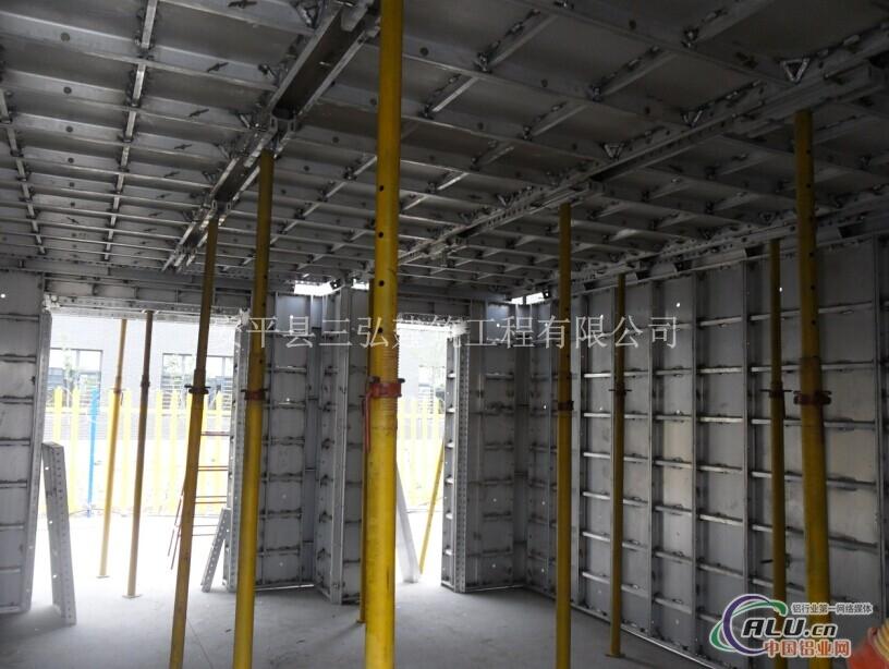 铝合金模板具有重量轻,拆装灵活,刚度高,使用寿命长,板面大,拼缝少