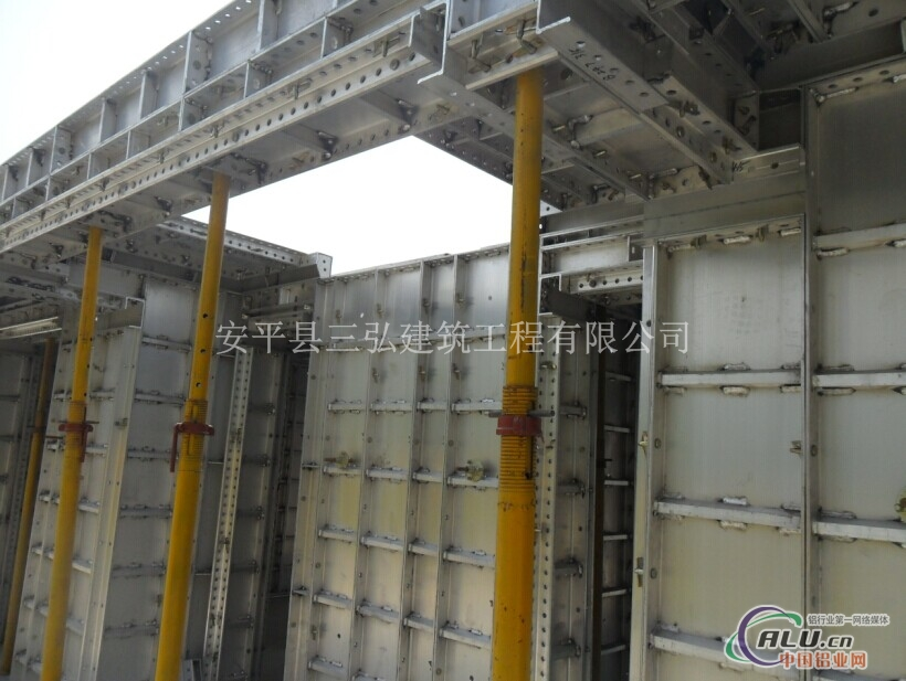 尤其在没有塔吊或塔吊不足的施工现场,由于铝模板自重轻的特点,可手工