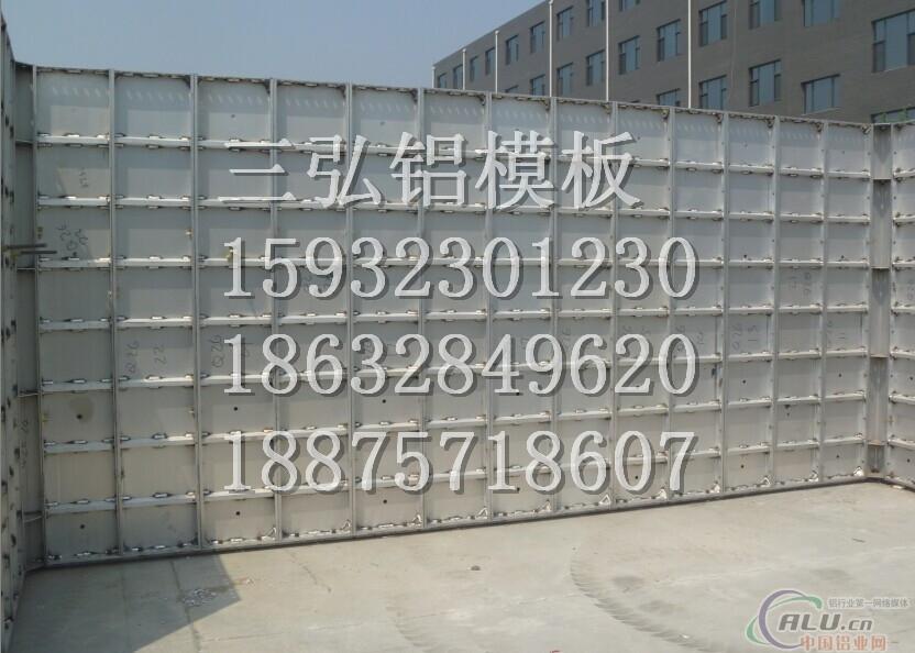铝模板系统组装简单,方便,安装时只需要按比例增加标准板,铝模板重量