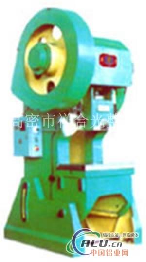 机械压力机在锻压工作完成后滑块程上行,离合器自动脱开,同时曲柄轴上