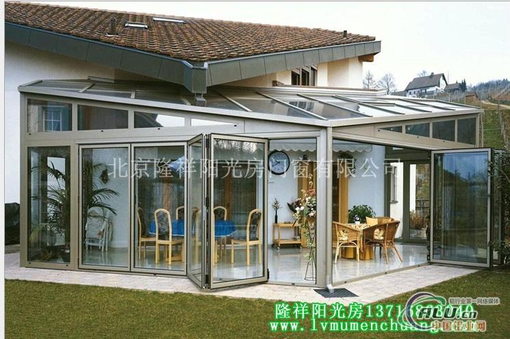阳光房专业制作钢结构玻璃工程施工特点如下: 抗震性:低层别墅的屋面