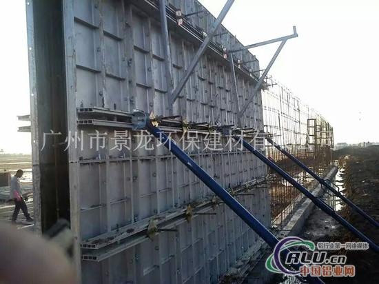 13,拆除墙柱模板 由于第一块板是夹在两个部件之间,因而最难拆除.