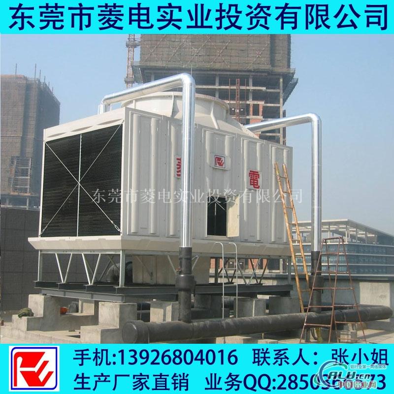 低噪音方形冷却塔批发 冷却塔的工作原理: 冷却塔是利用水和空气的接触,通过蒸发作用来散去工业上或制冷空调中产生的废热的一种设备。基本原理是:干燥(低含量)的空气经过风机的抽动后,自进风网处进入冷却塔内;饱和蒸汽分压力大的高温水分子向压力低的空气流动,湿热(高含量)的水字播水系统洒入塔内。当水滴和空气接触时,一方面由于不与空气直接传热,另一方面由于水蒸汽表面和空气之间存在压力差,在压力的作用下产生蒸发现象,带到目前为走蒸发潜热,将水中的热量带走即蒸发传热,从而达到降温之目的。 冷却塔是利用水和空气的接触,通
