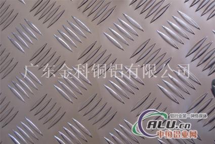 花纹板表面带有花纹的钢板称为花纹板,其花纹成扁豆形,菱形,圆豆形