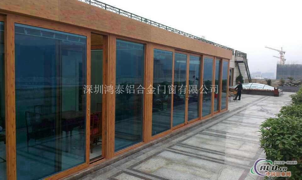 阳光房 阳光房俗称玻璃房,阳光房可以搭建在复式楼的露台,一楼的私人花园,楼宇的顶层,私人别墅等地。它的建筑立面甚至包括顶部,全部为玻璃结构。由于房间要采光通风,而且要有很好的密封效果,阳光房立面、顶部大部分由可开启的门窗组合,门窗质量的优劣决定着阳光房构建的成功与否。基于阳光房的如上特点,我们在设计和建筑阳光房时,对于不同用途的阳光房在整体造型及结构方面,应视周围环境和场地的制约而定,再做出相应的设计方案。立面用门窗做墙体,高强度的型材完全不需要另焊钢架做支撑;顶面用方管做支架,跨度超过2.