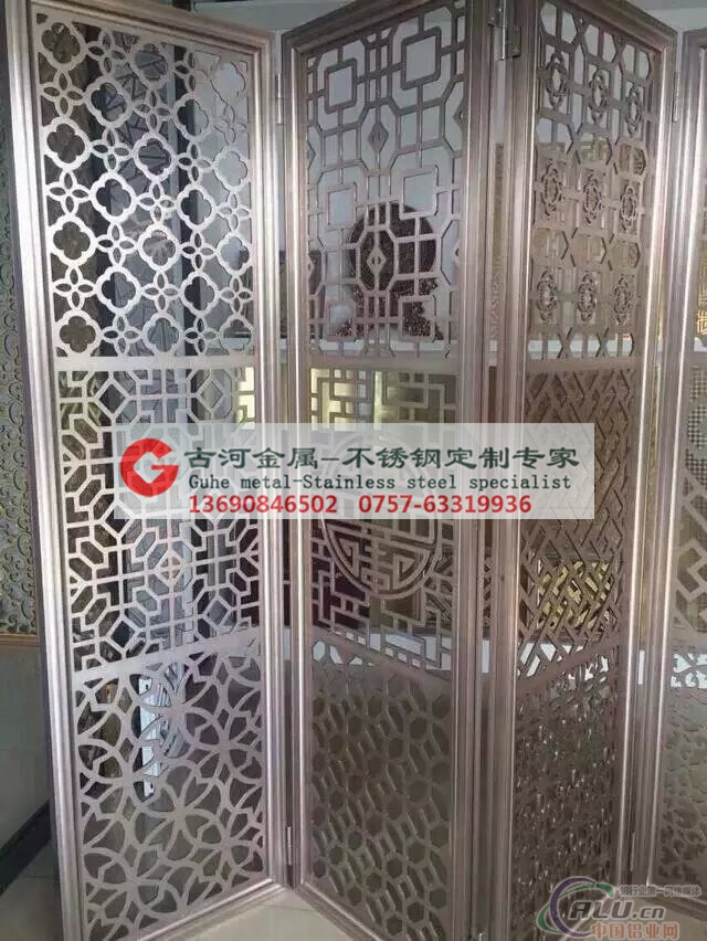 佛山市古河金属制品有限公司位于全国著名的不锈钢装饰材料生产基地——佛山,是一家集不锈钢产品设计、开发、制作加工、销售、安装服务为一体的不锈钢综合性企业。十年经验,金牌品质。 专业生产:铝制屏风隔断 铝板镂空雕花加工 铝雕刻立柱 楼梯护栏 铝制花格 不锈钢楼梯护栏 不锈钢立柱 不锈钢屏风(会馆隔断屏风,餐厅隔断屏风,酒店隔断屏风,别墅隔断屏风,激光切割镂空屏风,镀钛金玫瑰金镀古铜等各类不锈钢屏风),不锈钢酒柜,不锈钢酒架,不锈钢博古架,不锈钢中空大门,不锈钢门套,不锈钢门框,不锈钢茶