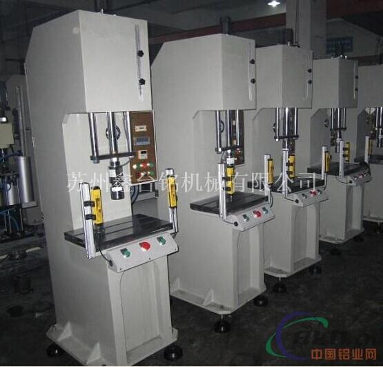 C型单柱液压机的构造: 外形如一个柱子,形状如弓形。是由主机及控制机构两大部分组成。油压机主机部分包括机身、主缸、顶出缸及充液装置等。动力机构由油箱、高压泵、低压控制系统、电动机及各种压力阀和方向阀等组成。动力机构在电气装置的控制下,通过泵和油缸及各种液压阀实现能量的转换,调节和输送,完成各种工艺动作的循环。 C型单柱液压机特点 采用内置式快速缸,空行程速度快,生产效率高;方便的手动调整机构可调整压头或上工作台在行程中任意位置压制,也可在设计行程内任意调整快进和工进行程的长短;压力可按工艺需要无级调整;整