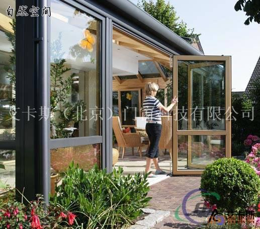 以框架结构搭建出长方形或梯形的各个斜面,顶部辅以夸张的装饰.图片