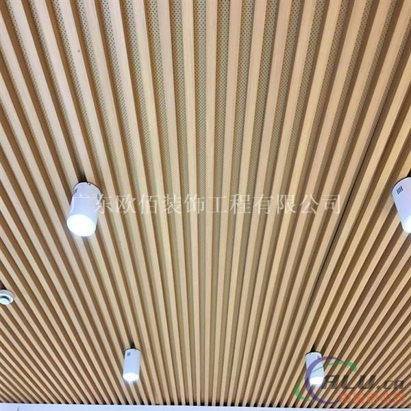 仿木纹铝方通天花吊顶将金属的质感与木材的自然纹理