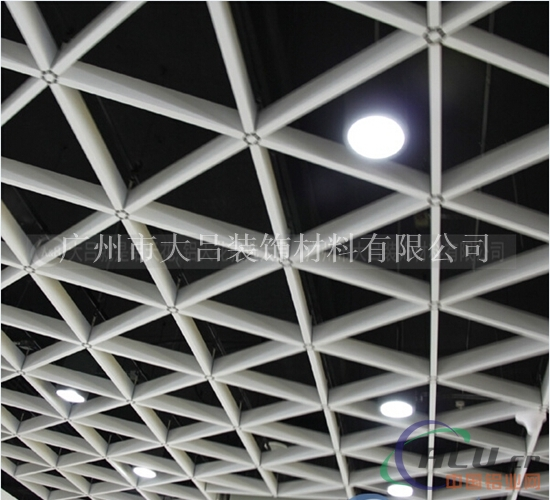 铝格栅产品说明: 铝格栅 是近几年来生产的吊顶材料之一,铝格栅具有开---放的视野,通风,透气,其线条明快整齐,层次分明,体现了简约明了的现代风格,安装拆卸简单方便,成为近几年风靡装饰市场的主要产品,铝格栅主要可分为凹槽铝格栅和平面铝格栅。 特点: 1、铝格栅天花是一种由主、副骨纵横分布,结构科学,具有透光、通风性好的开透气组合天花,造型新颖,具有强烈的空间立体感,铝格栅天花吊顶是适宜大面积吊装的又一力作,其视角连续平整,富于立体感和层次感; 2、各种规格可随意搭配,结构严密、色彩斑斓、独树一帜、历史常新