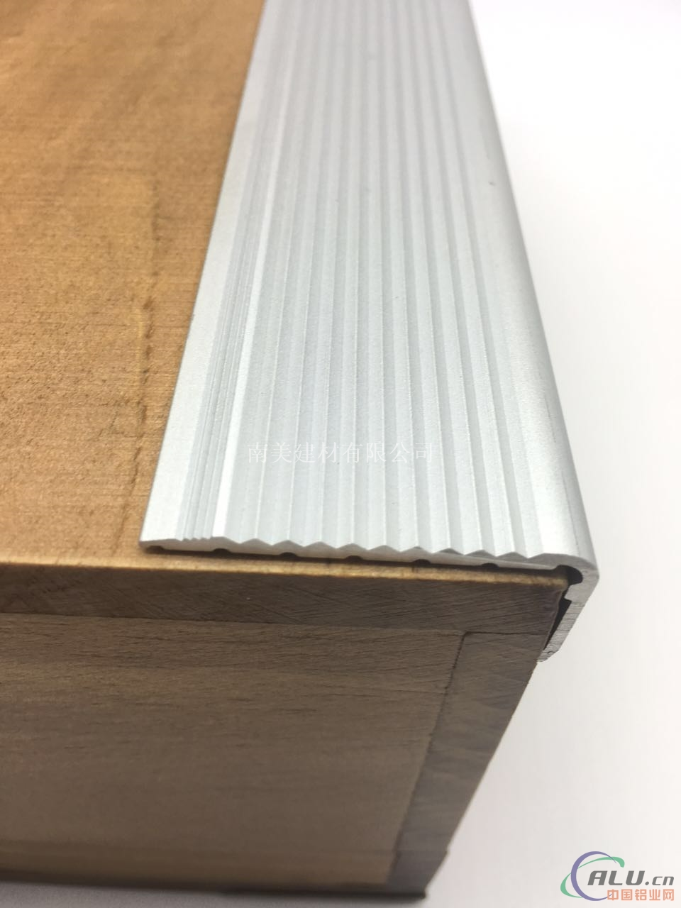 防滑条  做法_铝合金楼梯防滑条计算与做法_建筑型材-南京美硕建材有限公司