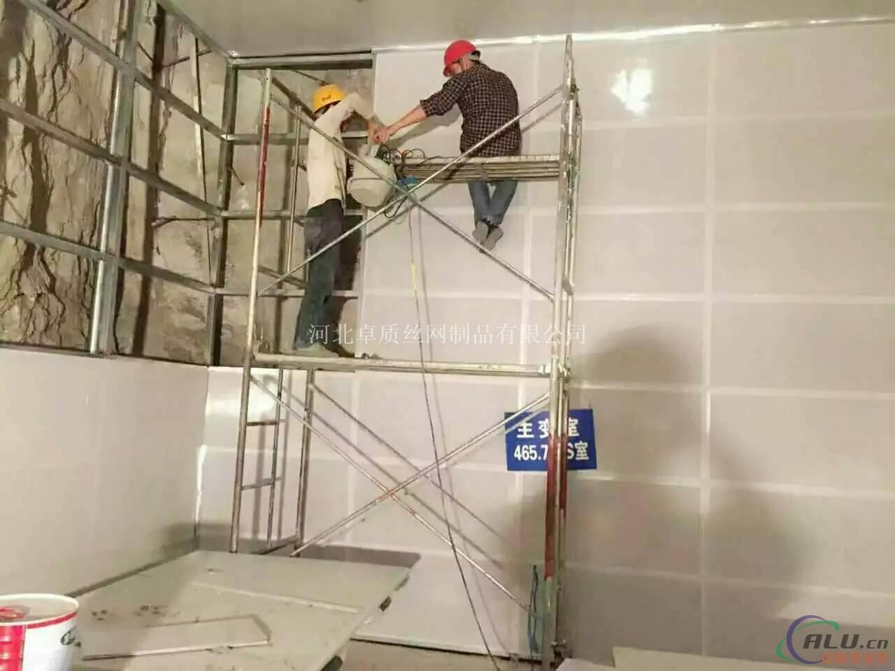 穿孔铝板吸声吊顶安装工艺有以下几点:①基层清理  ②测量放线  ③