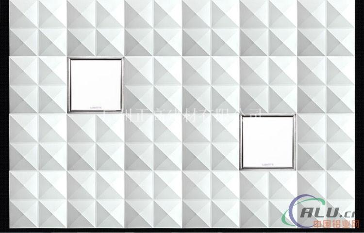铝扣板有很多规格,包括板材的面板宽度、厚度、折边的高度等。挑选时应根据家里卫生间的特点选择。铝扣板分为表面有冲孔和平面两种。表面冲孔可以通气吸音,扣板内部铺一层薄膜软垫,潮气可透过冲孔被薄膜吸收,所以它最适合水分较多的厨卫使用。市场上600mm×600mm微孔方板、C150、C100条板和300×300、300×600铝扣板应用得最多最广。 铝扣板的好坏不全在于薄厚,关键在于铝材的质地,一般工程用铝扣板有0.