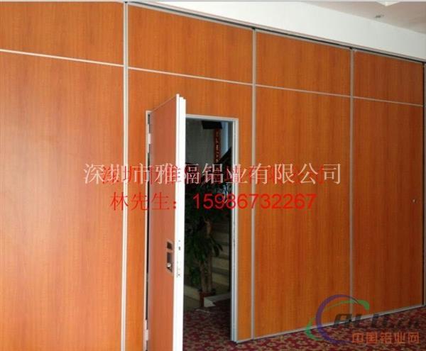 一般采用软包,裱冷装实木板,贴饰面板,镶玻璃等.