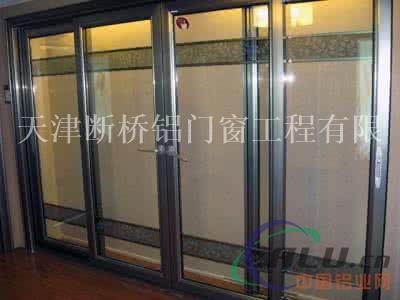 窗与墙体固定时,应先固定上框,后固定边框:混凝土洞口应采用射钉或