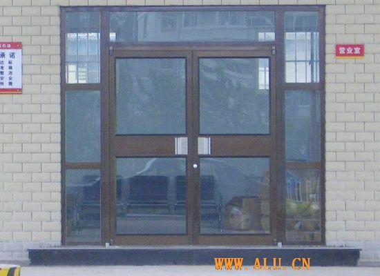 银毅节能门窗(系统)有限公司是一家专业从事高档门窗研发、生产、加工、销售服务为一体的大型门窗生产企业。公司拥有木、铝、木铝复合三大主流材质,中、德、意、美等不同国家风格及样式的门窗产品,产品广泛的应用于各类别墅、高档住宅和办公空间,银毅门窗被誉为豪宅的标准化配置。 公司引进欧洲先进门窗技术和德国威力(WEINIG)木门窗生产设备, 注重产品的技术研发和质量控制,历经多年努力,成功开发多种具有独创性高档门窗,拥有各项专利6项,目前年生产门窗10万平米,木铝型材3000吨。标配德国诺托(ROTO)、丝吉利娅(