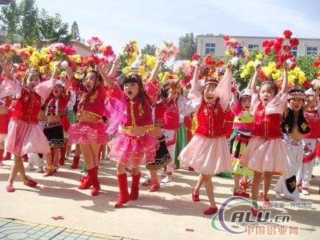 山东能源肥城矿业集团公司领导向矿区少年儿童祝贺节日