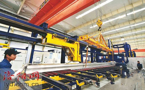 洛阳麦达斯铝业高速列车铝型材产品正在下线
