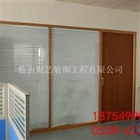 办公隔断由铝合金框架和钢化玻璃打造