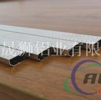大型挤压机生产交通轨道铝材